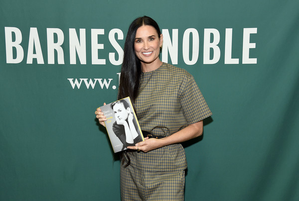 Actress+Demi+Moore+Signs+Copies+Memoir+Inside+hyHwYlwsAw5l